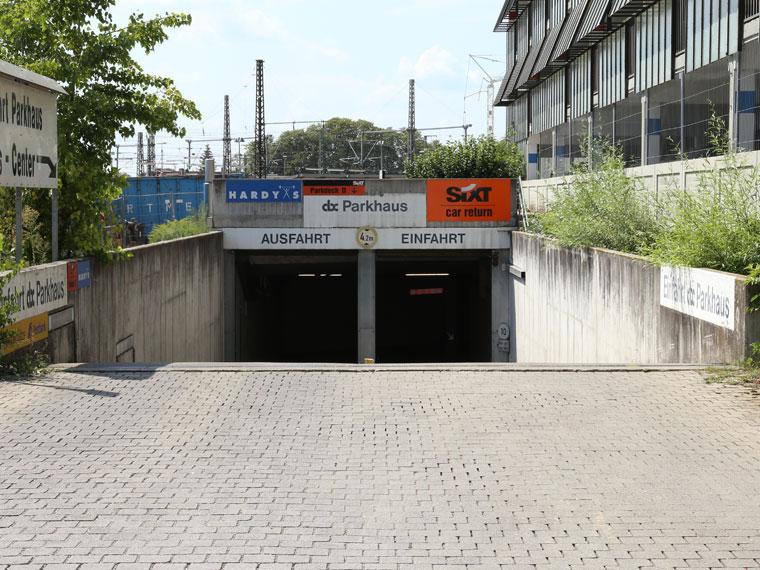Die Einfahrt Bohus- und abc-Parkhaus frontal