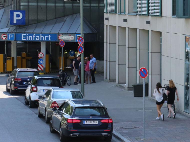 Die Einfahrt des Bahnhof-Parkhauses liegt direkt um die Ecke des Bohus-Centers